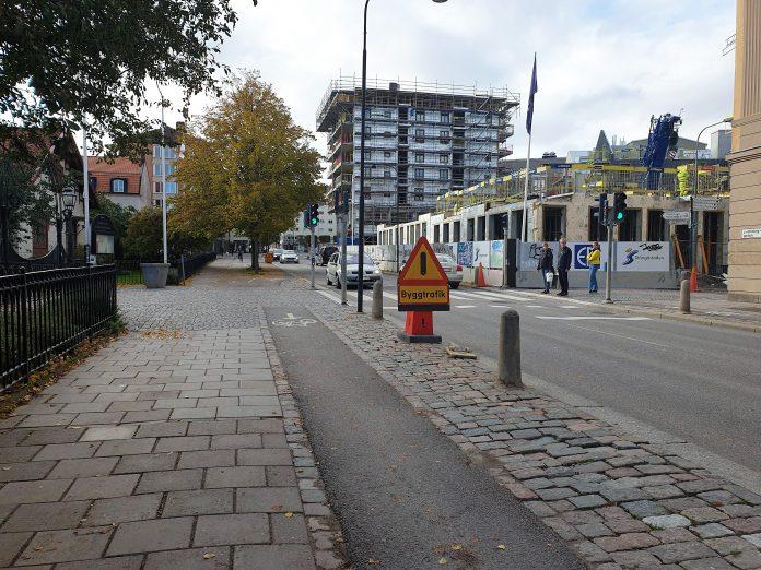 Cykelbanan längs med Drottninggatan strax efter korsningen vid Djurgårdsgatan och fram förbi entrén till Trädgårdsföreningen. Foto: Tommy Pettersson